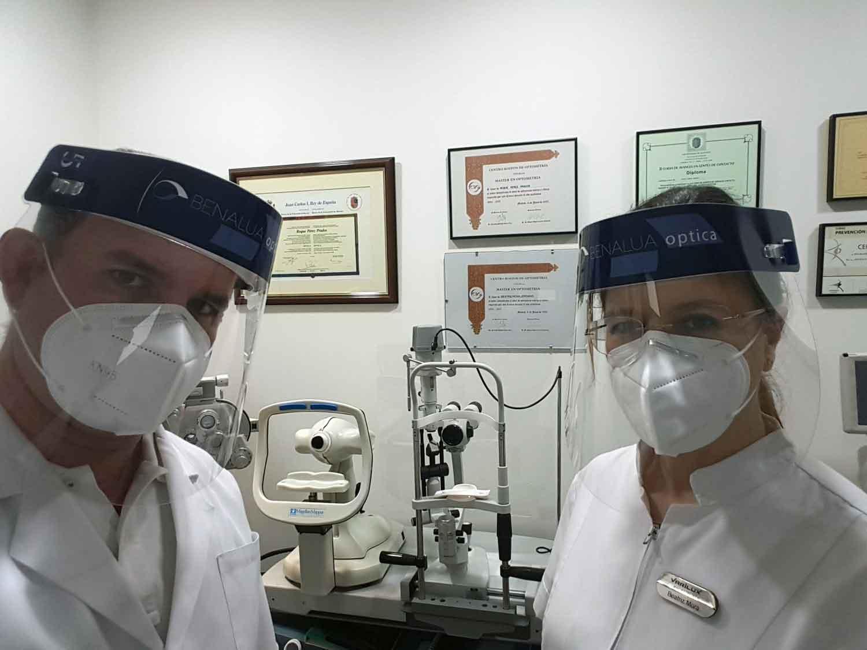optometristas de Benalua Optica protegidos con pantallas faciales